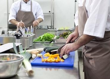 厨房で働く男子学生
