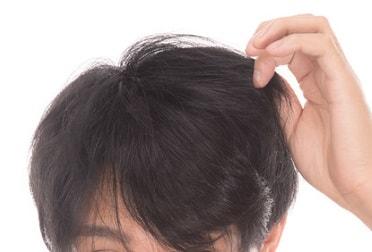 髪型をチェックする男性