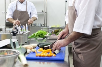 厨房で野菜の下準備