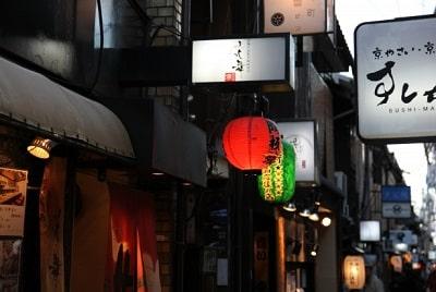 飲食店が並ぶ繁華街