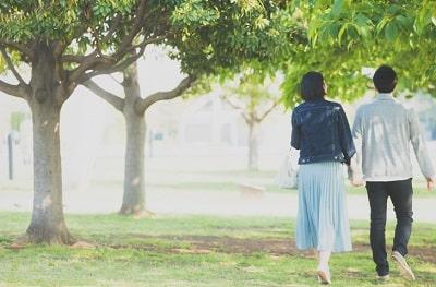 バイト終わりに一緒に歩くカップル