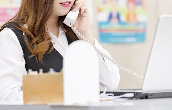 コールセンターで働く茶髪女性