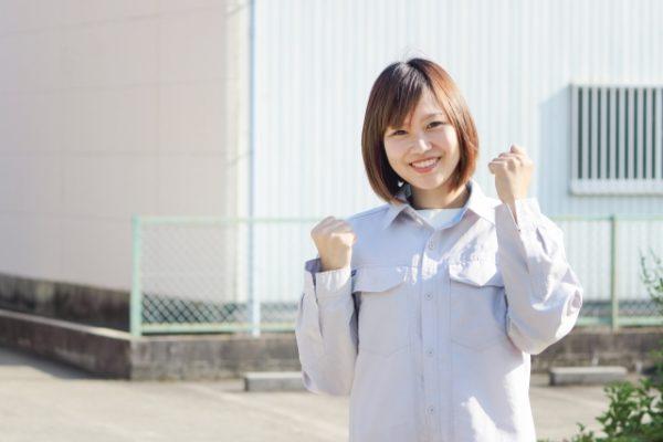 軽作業のアルバイトを掛け持ちする女性