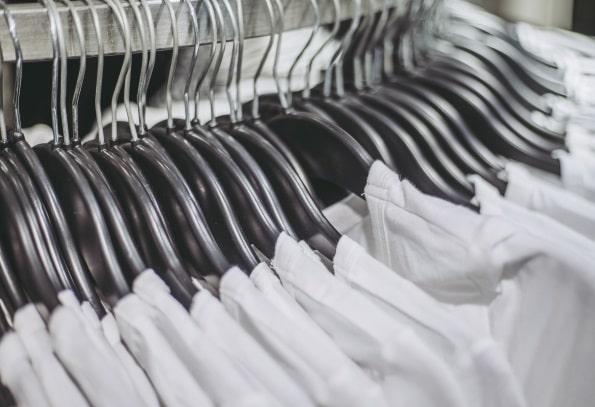 インナーの白シャツ
